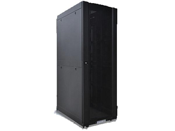 根据机房对机柜的需要及要求,我司推荐使用盛威机柜SSG系列,SSG系列机柜介绍如下:   SSG系列机柜是根据整体方案的设计的需求而进行特殊性定制的。机柜即要满足最基本的承载IT负载的功能,又要结合制冷、配电、布线的需求做些特殊的设计,以提高机房的整体可靠性。其设计理念抛开了传统机柜仅仅简单的机械结构和支撑,而是把机柜作为IT应用的核心环境进行系统化的研究和设计,保证机柜系统能更好的与用户应用环境协调统一。   其主要特点是增加了热量管理、综合完善线缆管理和有效的电源分配,安装使用方便,并保证了机柜设